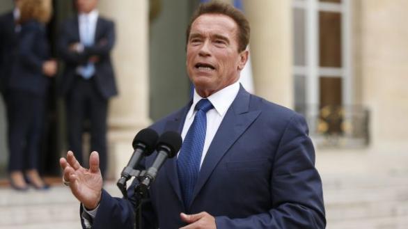 Arnold Schwarzenegger llama 'imbéciles' a los que no llevan mascarilla
