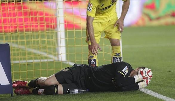 Asenjo vuelve a caer: sufre una rotura del ligamento cruzado y estará 6 meses de baja