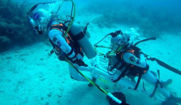 Astronautas simulan bajo el agua un rescate en la superficie de la Luna