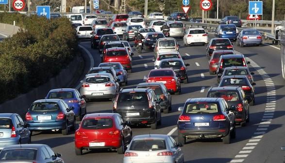 Atascos en el fin de semana con más movimiento de coches del verano