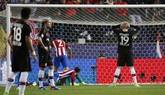 El centrocampista del Bayer Leverkusen Julian Brandt (c) se lamenta tras haber fallado varias veces el tiro a puerta, durante el partido frente al Atlético de Madrid de vuelta de octavos de final de la Liga de Campeones que se jugó este miércoles en el estadio Vicente Calderón, en Madrid.