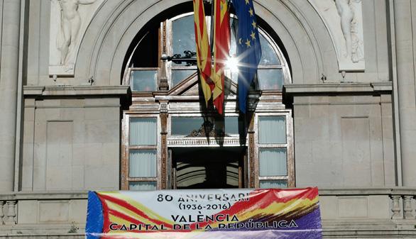 Banderas republicanas en ayuntamientos populistas y socialistas