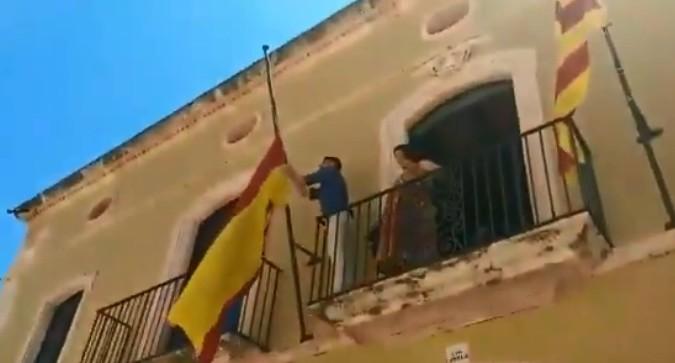 Un alcalde de ERC retira la bandera de España de su ayuntamiento