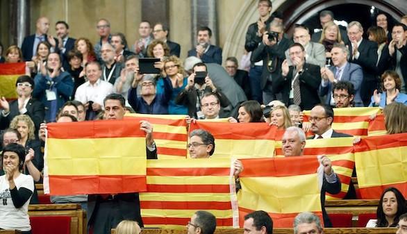 El Parlamento catalán escenifica la rebelión de la independencia