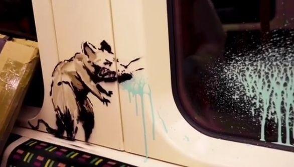 Ratas con mascarilla y gel: la última acción de Banksy en el metro de Londres