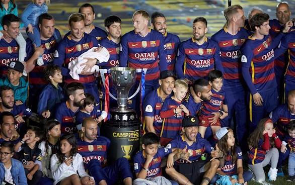 El Barça se da un baño de masas en el Camp Nou por la Liga y la Copa