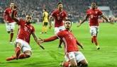 El jugador del Bayern de Múnich Thiago (d) celebra con sus compañeros un gol ante el Arsenal, durante el partido de ida de octavos de final de la Liga de Campeones que ambos equipos disputaron en el Allianz Arena de Múnich, Alemania, este miércoles 15 de febrero de 2017.