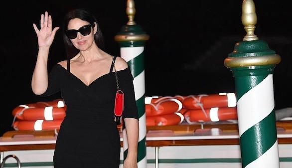 Mónica Bellucci ilumina a sus 51 años la alfombra roja de Venecia