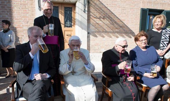 Fiesta bávara y cerveza para celebrar el 90 cumpleaños de Benedicto XVI