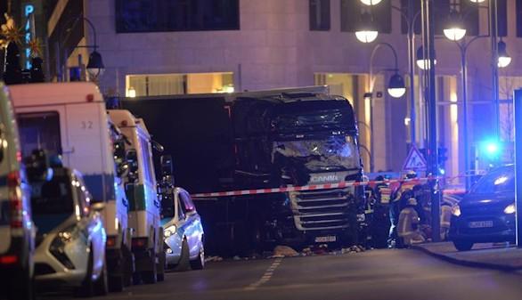 Al menos 12 muertos al irrumpir un camión en un mercadillo de Berlín