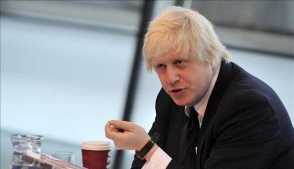 Mofas y guiños a Trump, el plan de Boris para ayudar a su 'jefa'