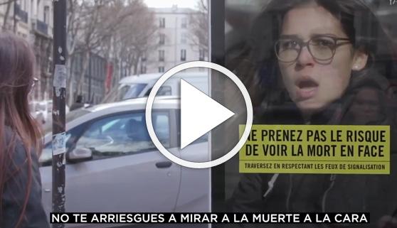 Vídeos virales. El fuerte impacto de cruzar en rojo