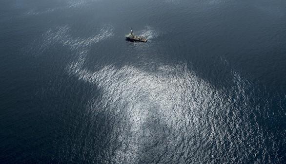 Ya se han retirado 400 kilos de fuel del vertido del pesquero