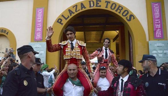 Castella y Padilla salen a hombros de la plaza de toros de Huesca