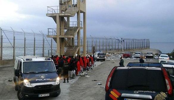 Dos muertos y doce heridos en un nuevo asalto a la valla de Ceuta