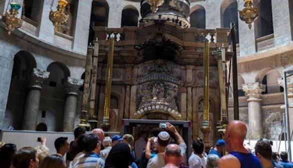 La Tumba de Jesucristo, restaurada, ya luce en la Iglesia del Santo Sepulcro