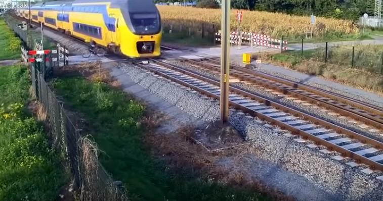 Un ciclista se salva por los pelos de ser arrollado por un tren