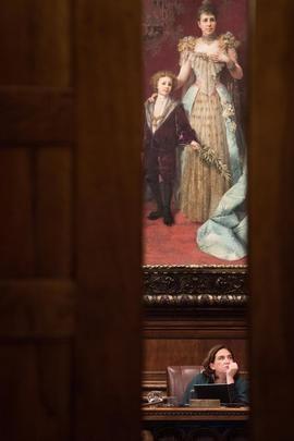 Ada Colau en el Ayuntamiento bajo un cuadro de Alfonso XIII y la regente María Cristina