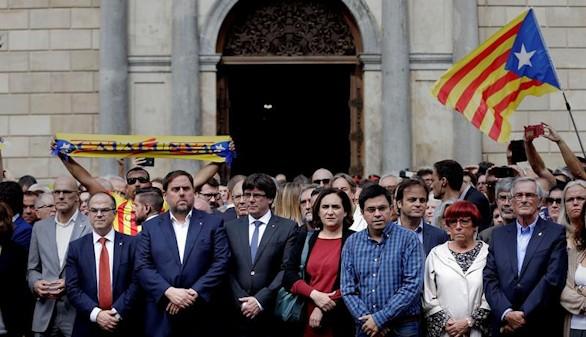 Colau y Puigdemont encabezan una concentración contra los abusos policiales