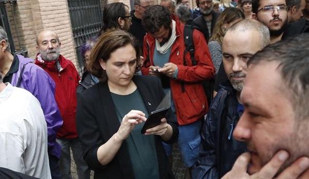 Colau y Puigdemont atacan al Gobierno por la actuación policial