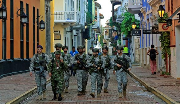 Santos condecora a militares y policías,