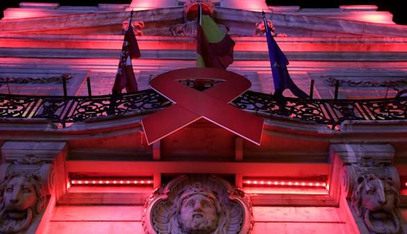 La sede de la Comunidad de Madrid se tiñe de rojo por el Día Mundial del Sida