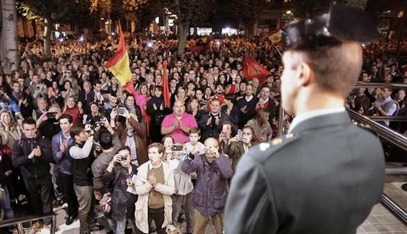 Alsasua se manifiesta a favor y en contra de la Guardia Civil