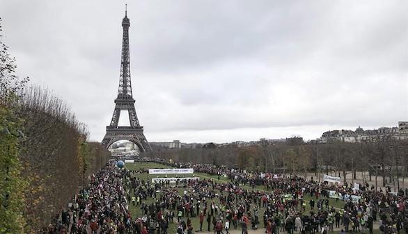 Miles de personas se manifestaron en París en defensa del medioambiente