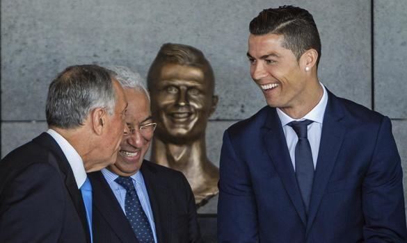 Cristiano Ronaldo junto con el primer ministro portugués, António Costa, y el presidente, Marcelo Rebelo de Sousa