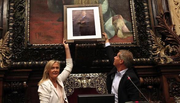 El PP coloca un retrato de Felipe VI en sustitución del busto de Juan Carlos I y Colau también lo retira