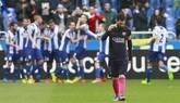 El delantero argentino del FC Barcelona Lionel Messi se lamenta tras el gol del Deportivo de la Coruña, obra del delantero Joselu, durante el partido correspondiente a la vigésimo séptima jornada de LaLiga Santander, disputado en el estadio de Riazor.