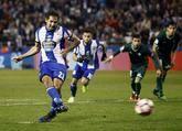 El centrocampista costarricense del Deportivo Celso Borges lanza el penalti para marcar el gol que supuso el empate frente al Betis, durante el encuentro correspondiente a la jornada 21 de Liga en Primera División que se disputa esta tarde en el estadio de Riazor, partido aplazado en su día debido a los efectos del temporal en la cubierta del estadio.