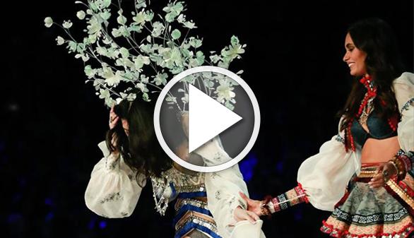 Vídeos virales. Cae un ángel de Victoria's Secret en pleno desfile