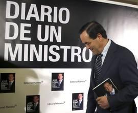 José Bono llega a la presentación del libro ante la prensa, en el hotel Intercontinental de Madrid. Efe