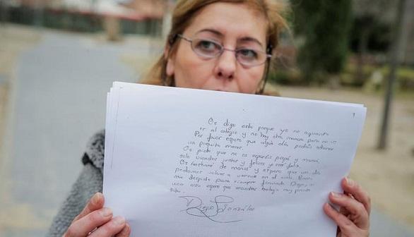 Carmen González, madre de Diego, muestra una copia de parte de la carta que dejó escrita el menor. Efe