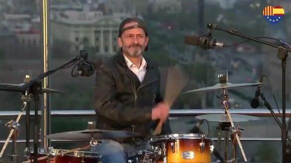 Edmundo Bal hace campaña en Cataluña tocando la batería en un grupo de rock