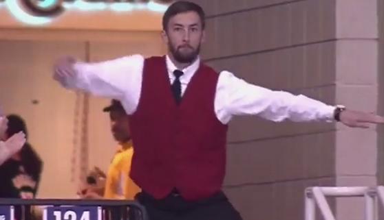 El baile de un acomodador de los Rockets triunfa en redes