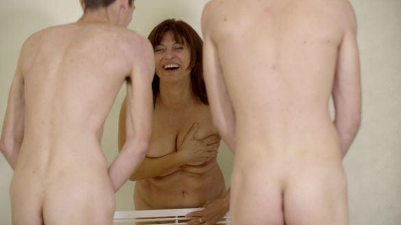 Maribel sufre un ataque de risa al desnudarse junto a su familia en 'El contenedor'.
