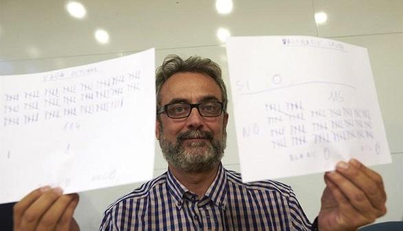 El asesor del comité de huelga de los trabajadores de Eulen del Aeropuerto de Barcelona-El Prat, Juan Carlos Giménez, muestra los resultados de las votaciones llevadas a cabo en la asamblea celebrada este lunes en el Prat de Llobregat.