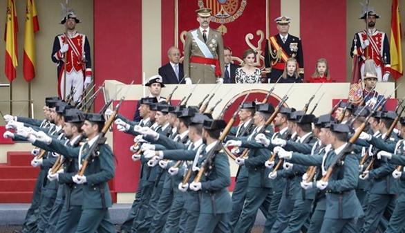 El desfile militar de la Fiesta Nacional, deslucido por la lluvia