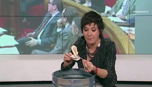 Una colaboradora de TV3 quema la Constitución Española en directo