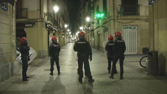 Diez detenidos y tres ertzainas heridos tras los disturbios por la normativa anticovid
