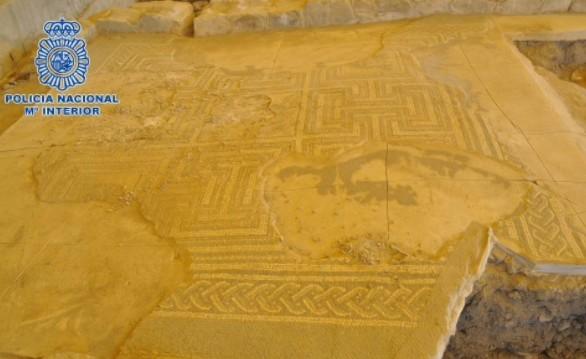 Recuperadas las teselas de un mosaico expoliado en un yacimiento de Écija