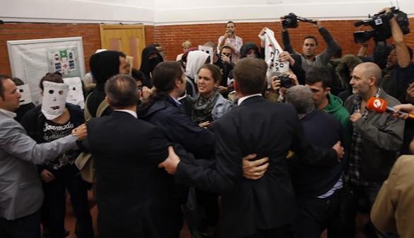 González, increpado por Podemos y proetarras en la Autónoma