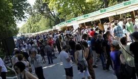 Manuela Carmena y Pérez Reverte se dan un baño de masas en la Feria del Libro