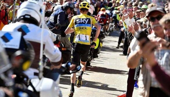 Tour de Francia. Froome, a la carrera, casi pierde el maillot amarillo