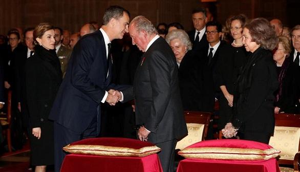 Los Reyes presiden en El Escorial el funeral por el Infante Carlos de Borbón