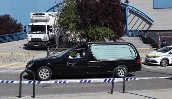Un coche funerario acude al Palacio de Hielo, Madrid.