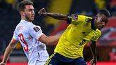 Laporte no logra arrebatar el balón a Aleksander Isak durante el Suecia-España.