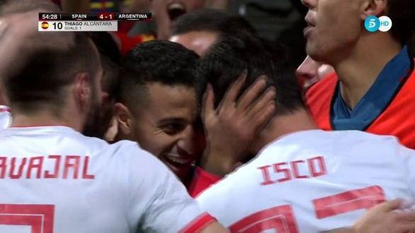 Thiago celebra con el resto de la selección española el cuarto gol contra Argentina.
